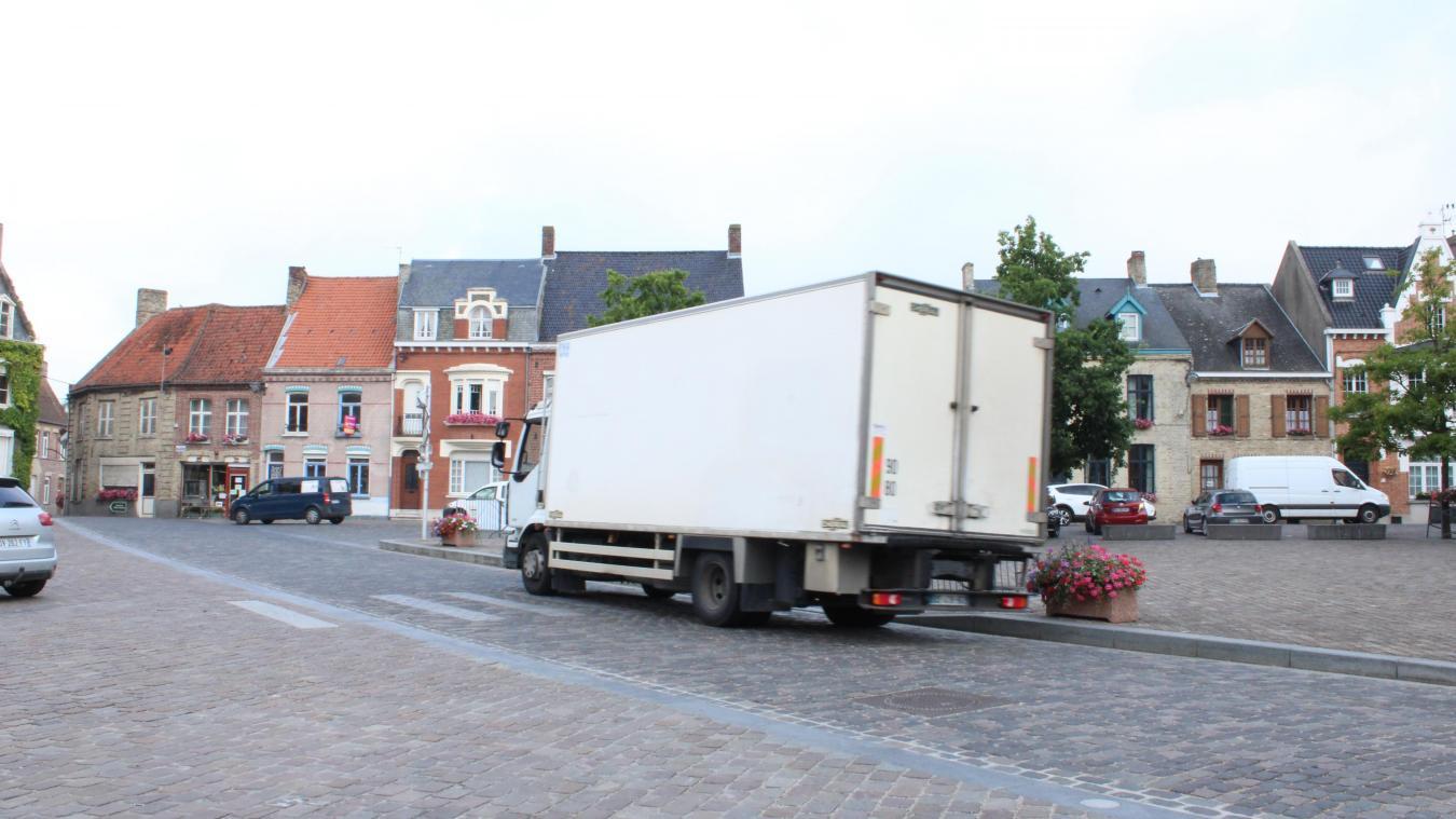 Chaque jour, de nombreux poids lourds empruntent la D17, place Alphonse-Bergerot.
