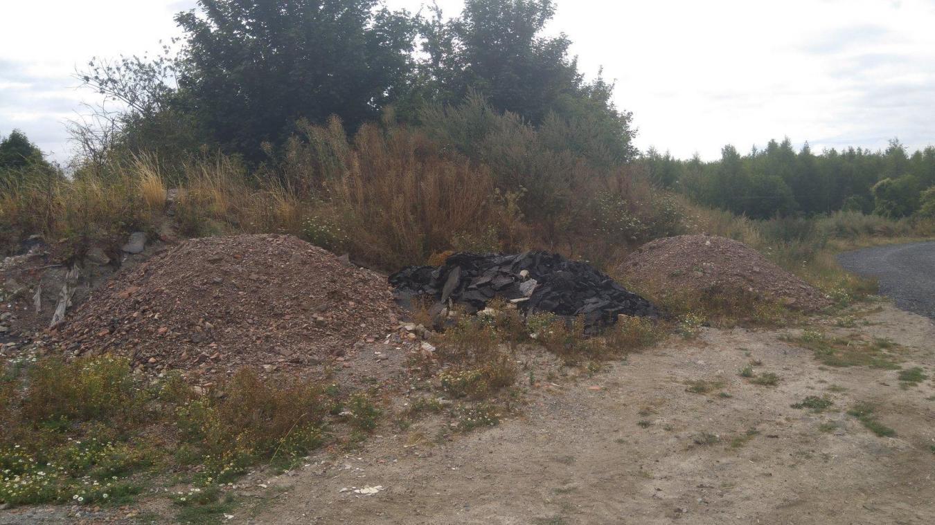 Le dépôt sauvage est essentiellement composé de gravats et de terre.
