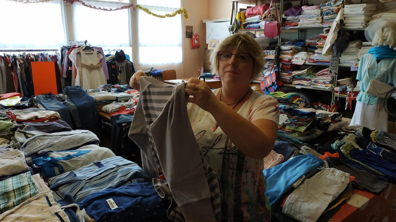Marie-Hélène et les bénévoles trient et rangent les vêtements avant les friperies.