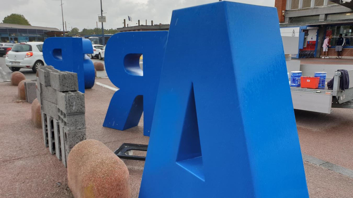 Un hashtag en cours d'installation sur le parvis de la gare d'Arras