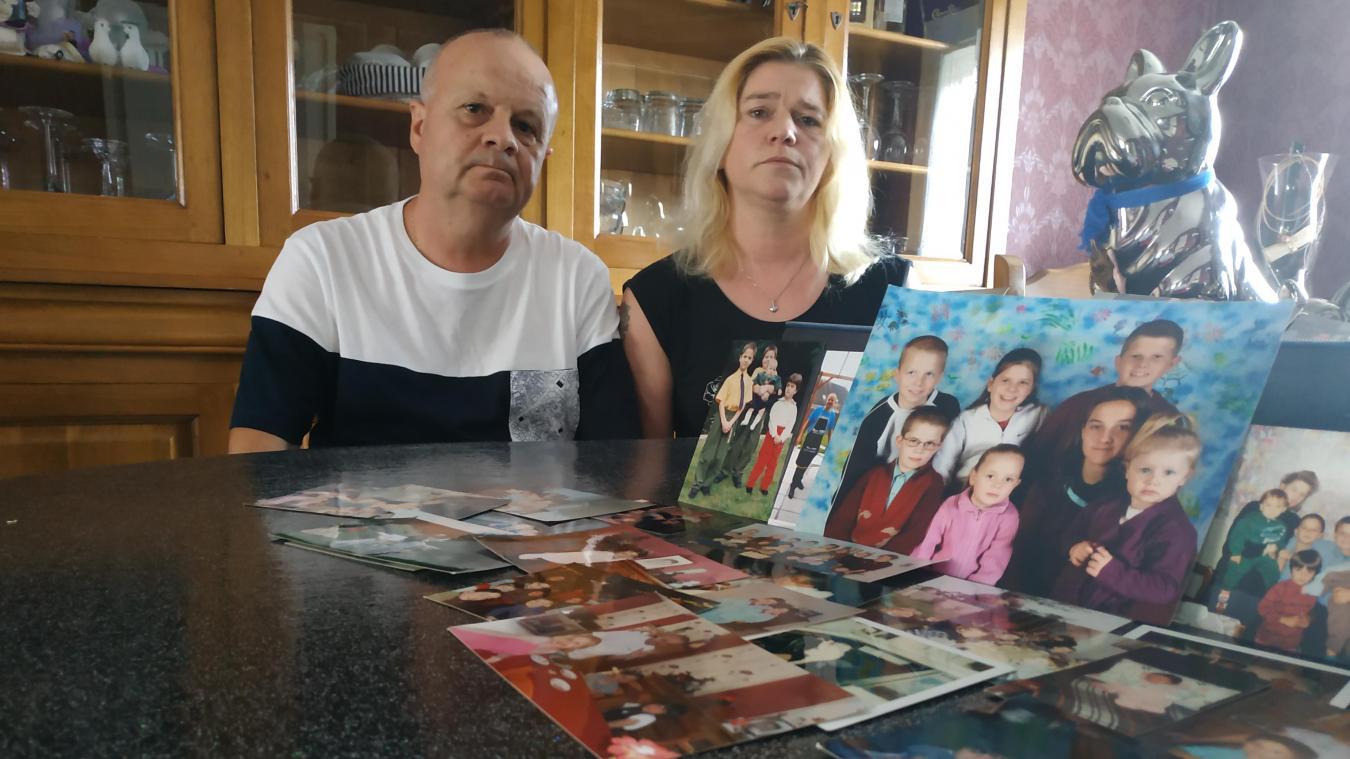 Les souvenirs d'enfance de leurs enfants étalés sur la table, avec toujours ce manque de l'aîné, Cédric, décédé il y a dix ans.
