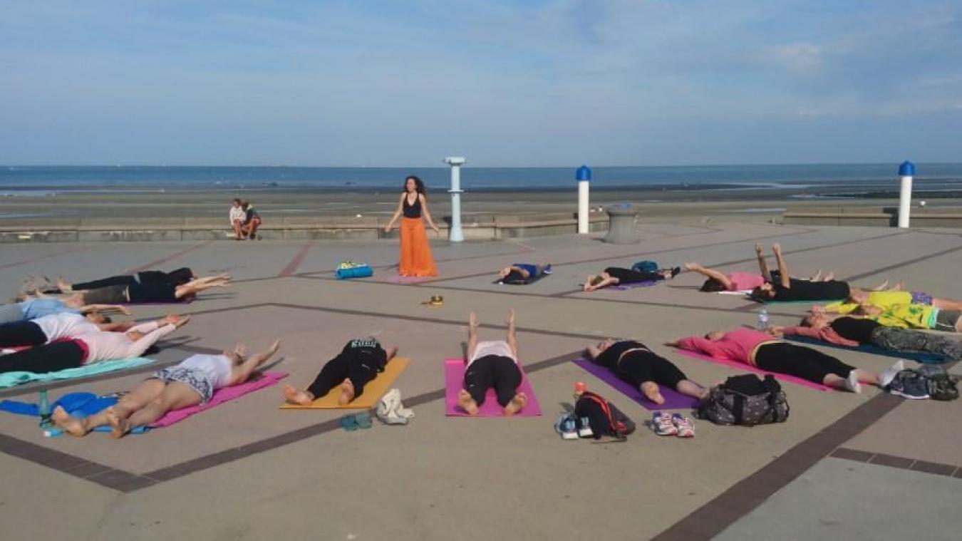 En août, chaque dimanche matin, Capucine dispense un cours de yoga gratuit sur la digue de Wimereux.