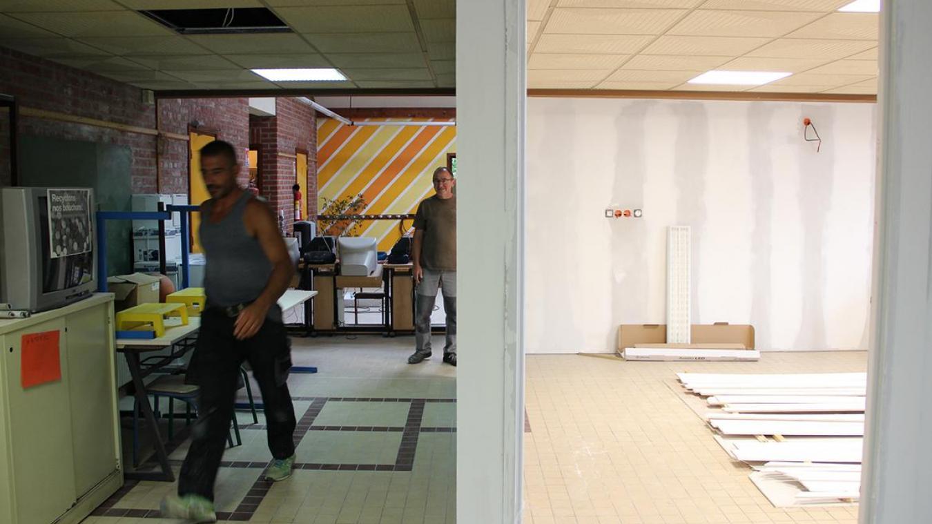 À l'école La Fontaine, les ouvriers montent une classe dans le hall du batiment.