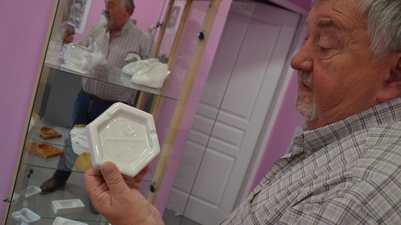 Gérard Devienne, président du Conseil citoyen d'Aire-sur-la-Lys, association qui organise l'événement autour de La Céramique, montre une des pièces collectées, avec le logo de l'entreprise.