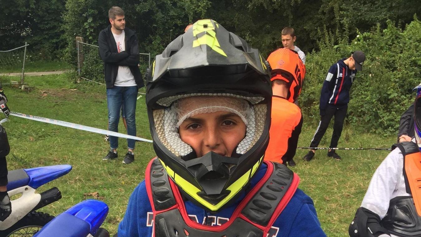 16 adolescents se mettent dans la peau de pilote de motocross.