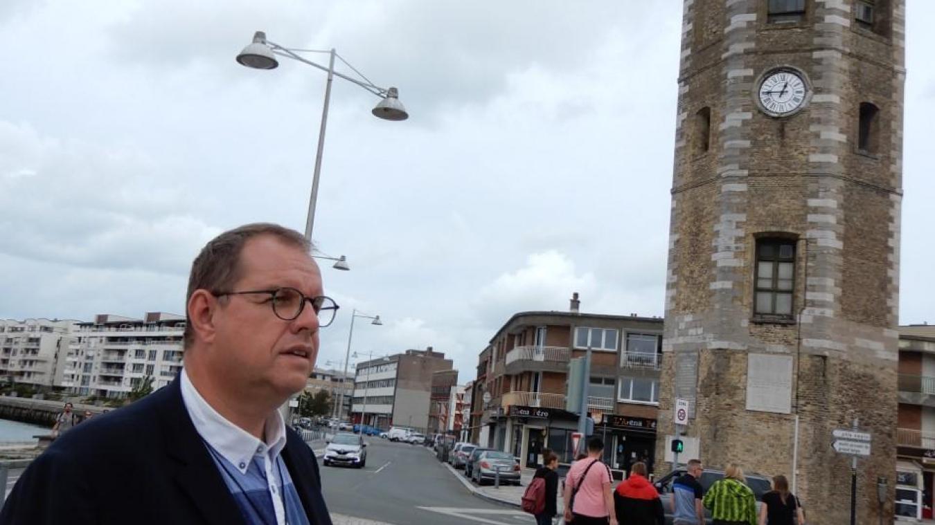 Le père Carton, curé de la Paroisse St Gilles-en-Dunkerque, se prépare pour la Procession du 15 août.