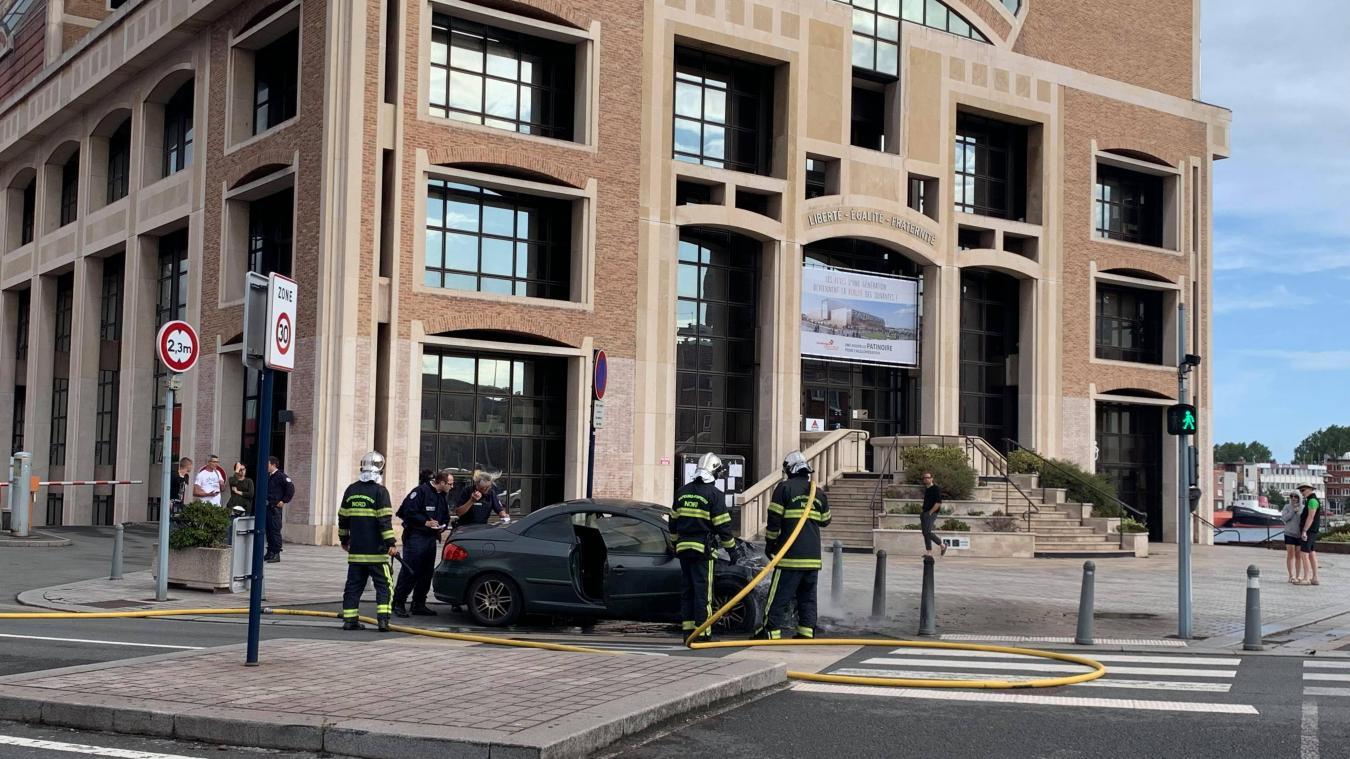 Les sapeurs-pompiers sont intervenus pour maîtriser le feu.