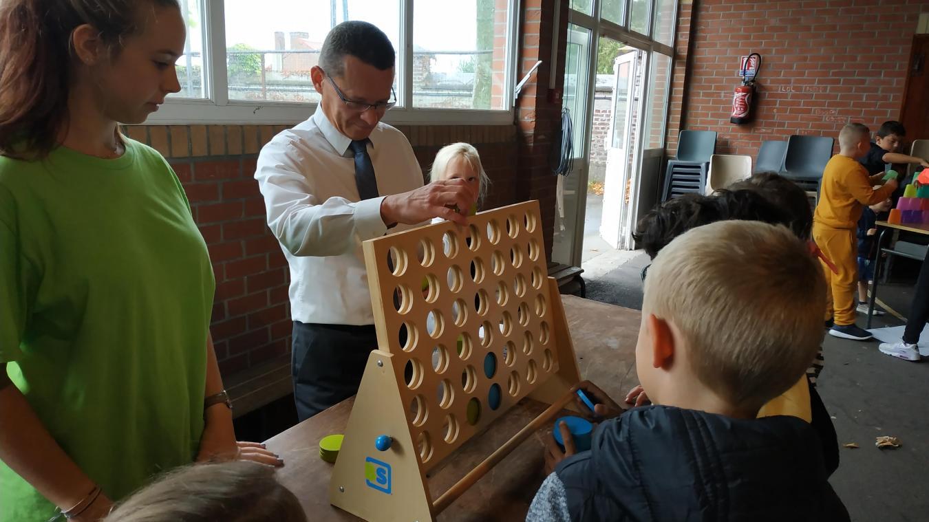Laurent Duporge a pris le temps de faire un Uno avec les ados et un puissance 4 avec les enfants.