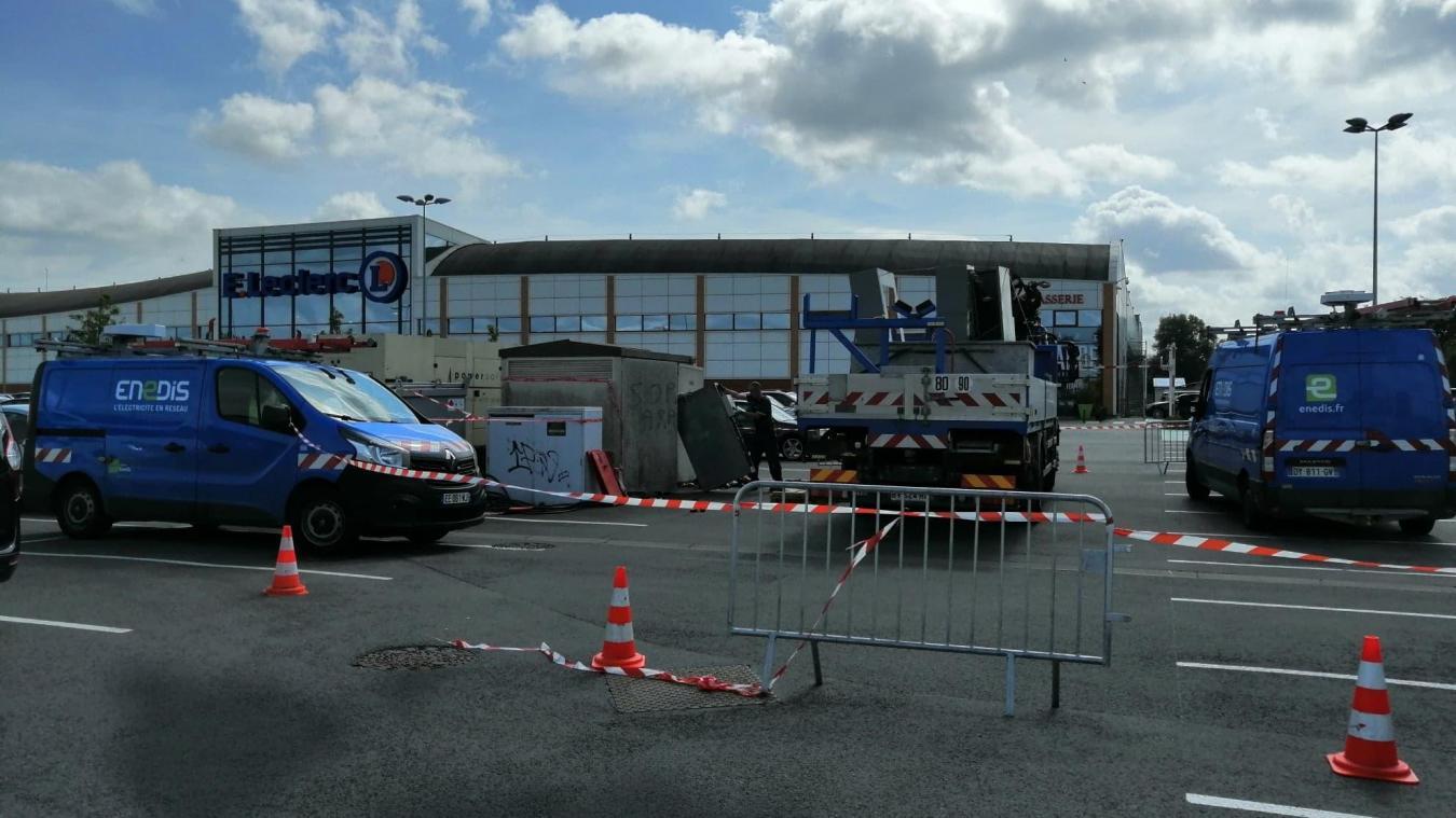 Des techniciens d'Enedis travaillent toujours sur le poste de distribution à l'origine de la panne du 15 août dans la zone Leclerc, à Hazebrouck.