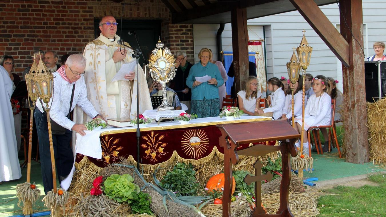 En 2017, l'abbé Vercoutre célébrait une messe en plein air à Eecke lors de la fête de la moisson (notre photo). C'est au tour du prêtre des paroisses Notre-Dame des Tilleuls et Saint-Thomas de proposer une messe en plein air à Wallon-Cappel.