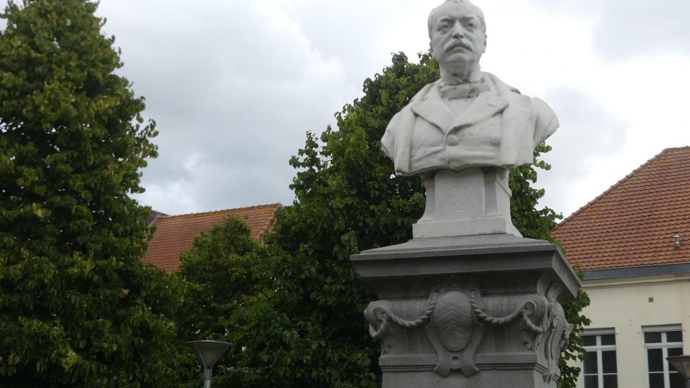 Dans le square Fanien, derrière la mairie, le buste d'Ovide Fanien, l'un des frères de la deuxième génération, fait face à la mairie, dont il a été le locataire, de 1884 à 1895.