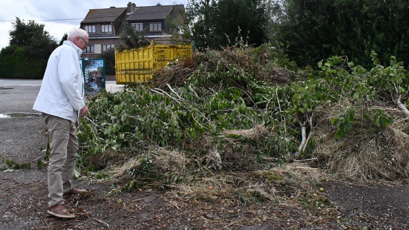 Hervé Laniez, le maire délégué des Moëres, ne peut que constater le tas de déchets déposés trop souvent à côté de la benne.