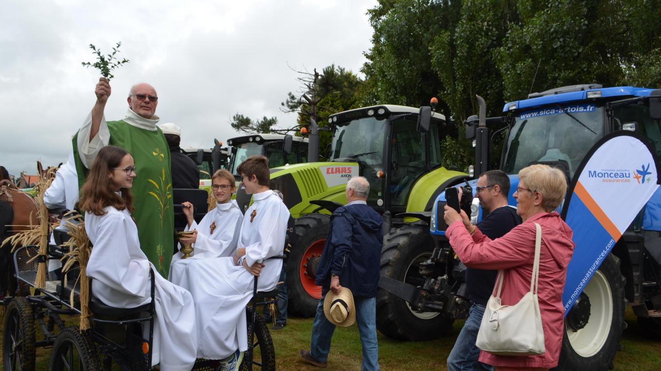 Après la messe en plein air, l'abbé Raymon Dhalluin a béni 70 tracteurs.
