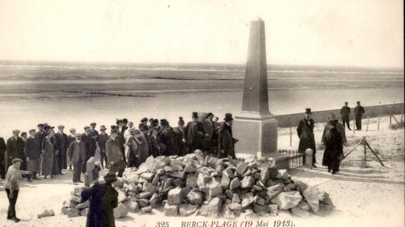 Le 19 mai 1913, madame Raymond Poincaré, épouse du président de la République, est venue se recueillir devant le monument des internes.
