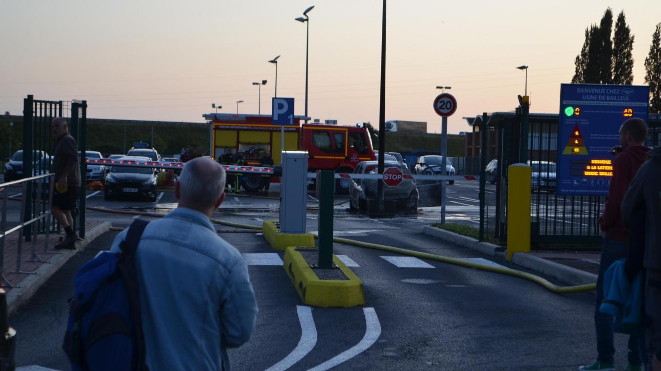 Une voiture prend feu sur le parking de Danone