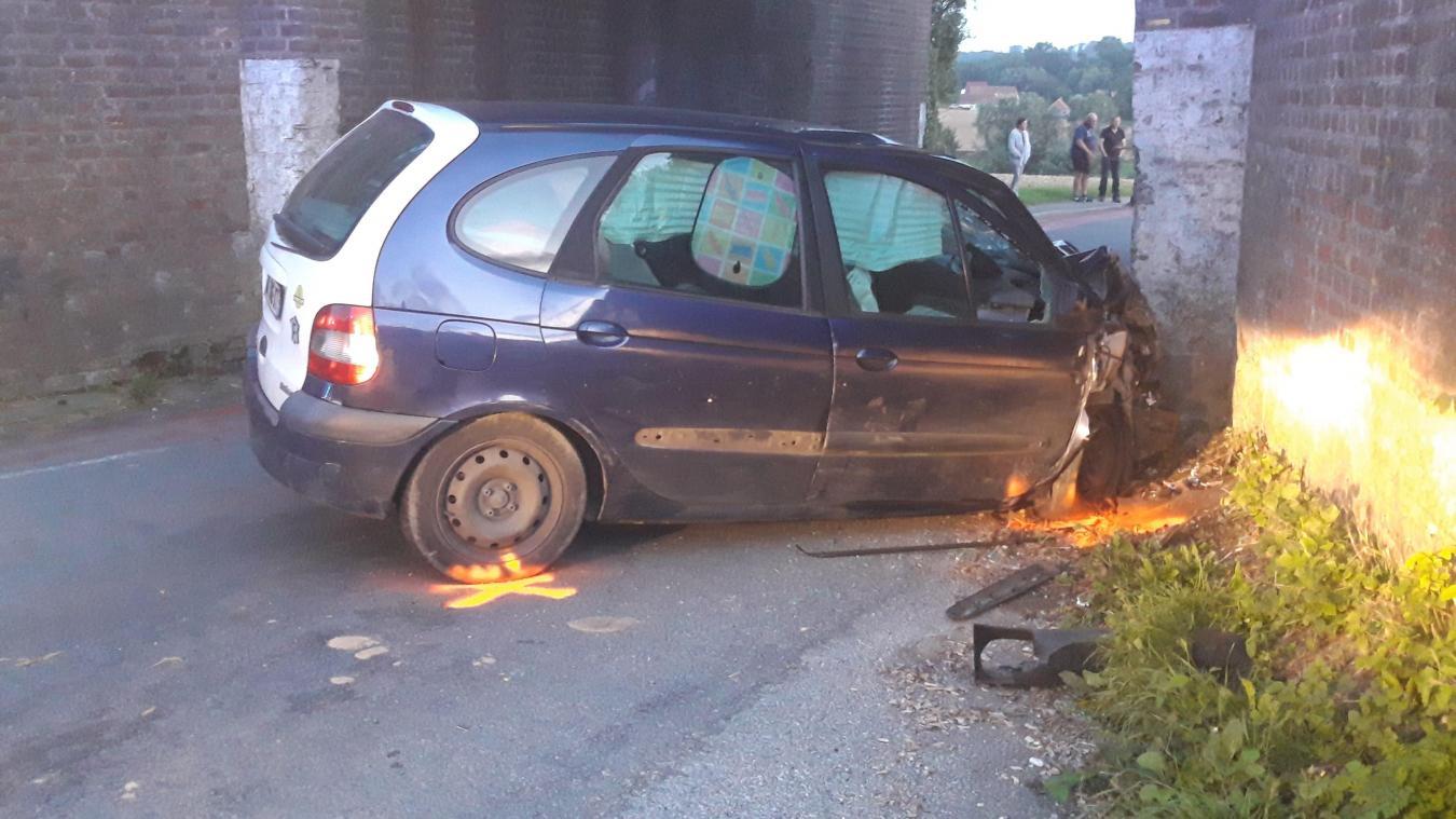 La voiture s'est encastrée sous le pont ferroviaire.