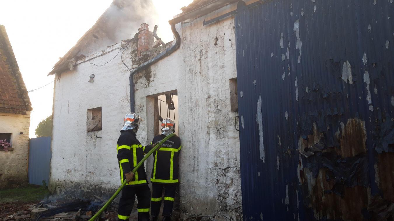 Les sapeurs-pompiers sont encore sur place pour circonscrire le feu du batiment agricole.