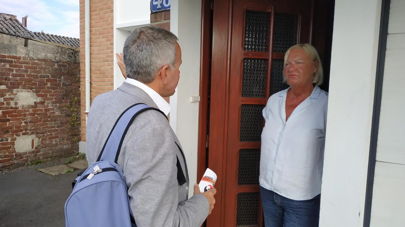 Porte après porte, Bruno Ducastel rencontre les habitants.