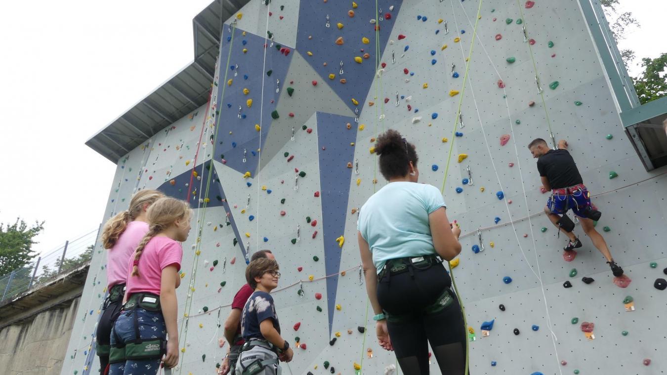 Devant une jeune public, Mickaël Sliwinski fait une démonstration des techniques pour escalader le mur.
