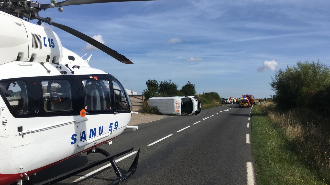 L'hélicoptère va procéder à l'évacuation d'un des blessés graves de cet accident survenu sur la D 77.