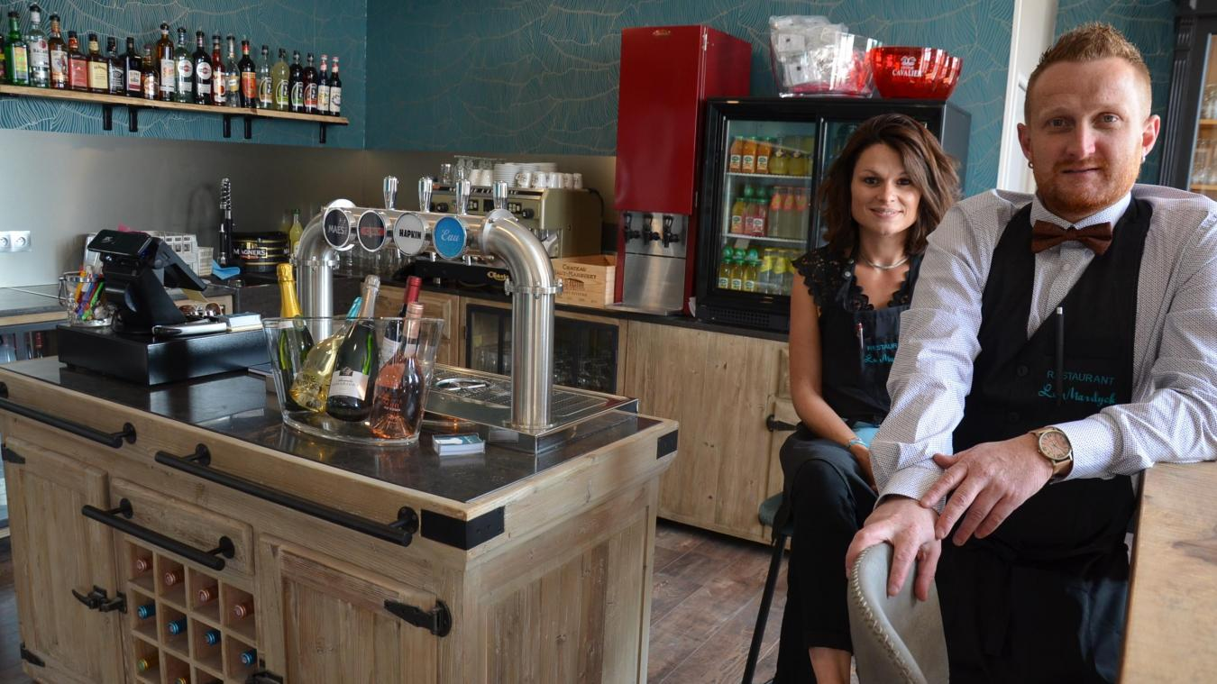 Émilien Verdin et Marjorie Deschildre ont repris le restaurant Le Mardyck. Ils assurent le service en salle.