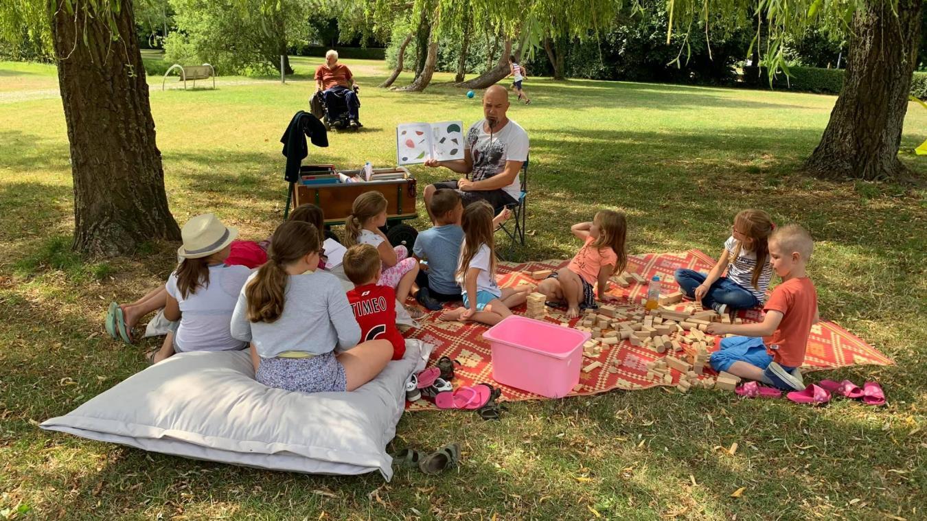 Tout au long de l'été, différents ateliers, comme celui de la lecture pour enfants, étaient organisés dans le parc du Brûle.  © Association Sollilers