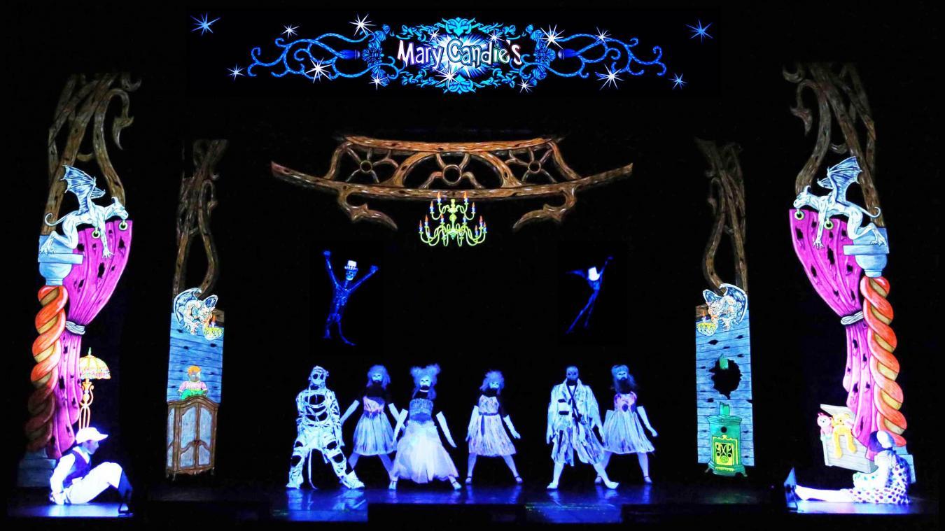 Dans le spectacle Mary Candie's, les danseurs et comédiens évoluent au milieu de décors fluorescents.