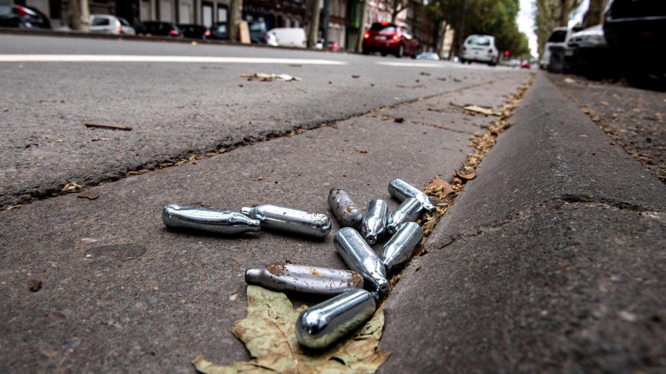 Dans plusieurs villes, des cartouches de gaz protoxyde d'azote usagées sont retrouvées abandonnées à même le sol.