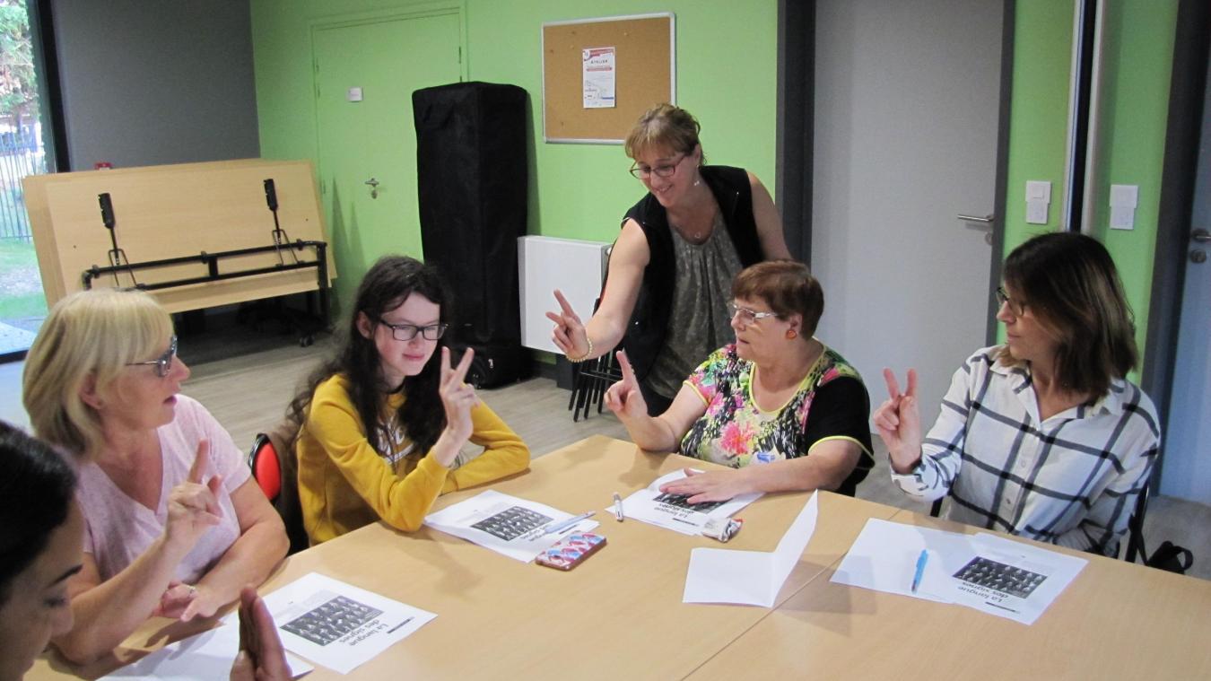 Corinne Manczak et ses élèves en pleine leçon de langage des signes.