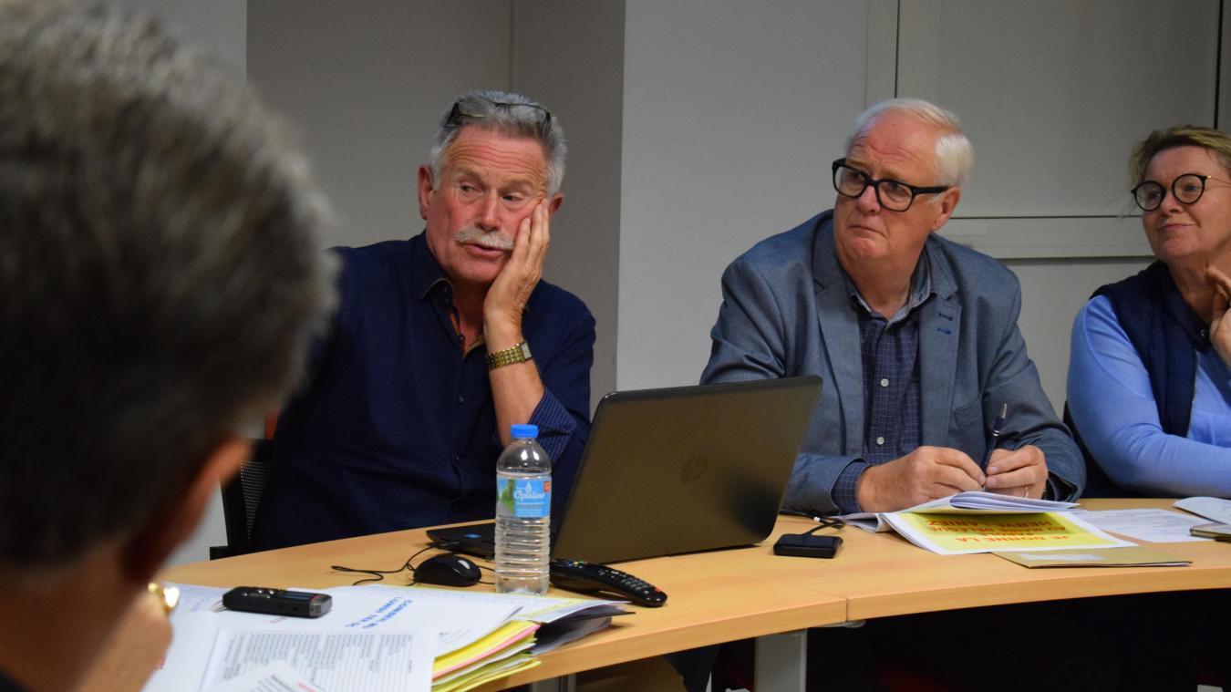 Jean Decool, maire de Ghyvelde, et Hervé Laniez (à droite), maire délégué des Moëres, ne s'apprécient guère...