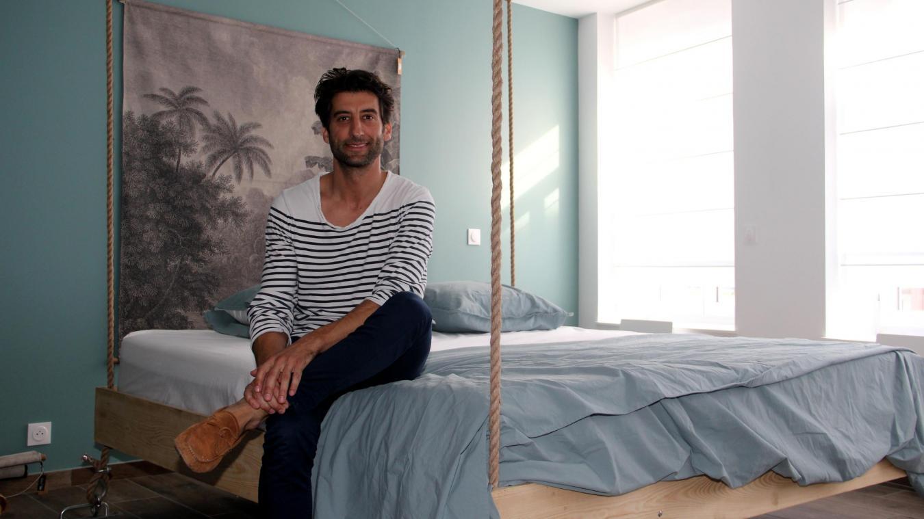 Un lit suspendu et amarré pour des nuits bercées, propices au rêve.