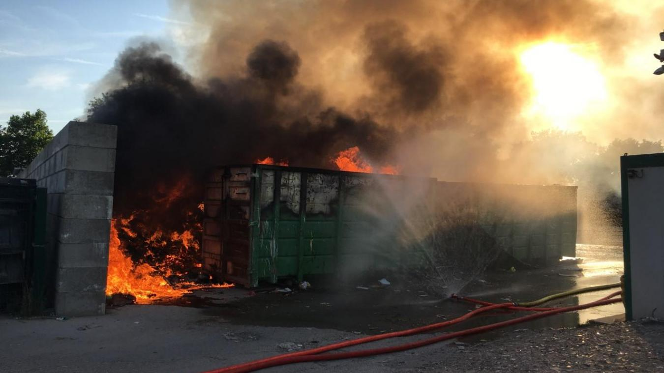 L'incendie, visible des kilomètres à la ronde, s'est déclaré vers 18h45.