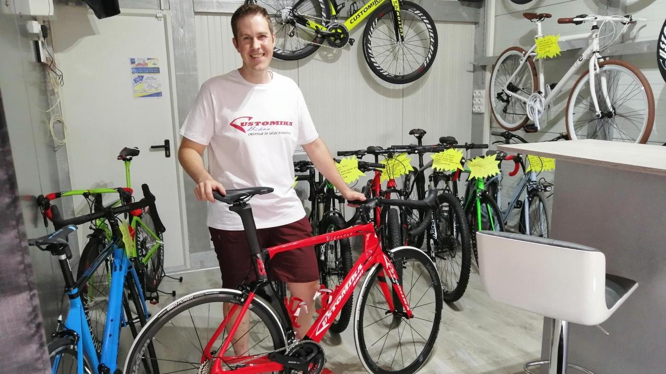 Dans son magasin Customika Bikes, à Renescure, Guillaume Lebaleur, la trentaine, répare, loue et vend des vélos.