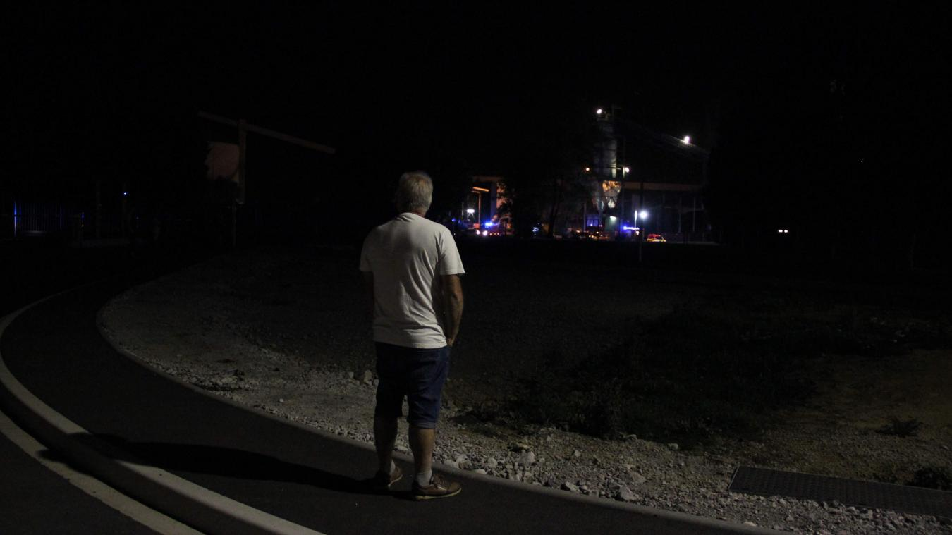 Au moment de l'incendie, plusieurs riverains inquiets se sont rendus sur place pour constater les dégâts causés par les flammes.