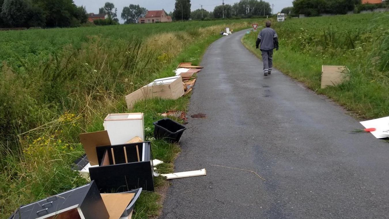 Mi-août, un ASVP a découvert un dépôt sauvage. Il s'agit d'une infraction qui peut entraîner des poursuites. ©Ville de Bailleul