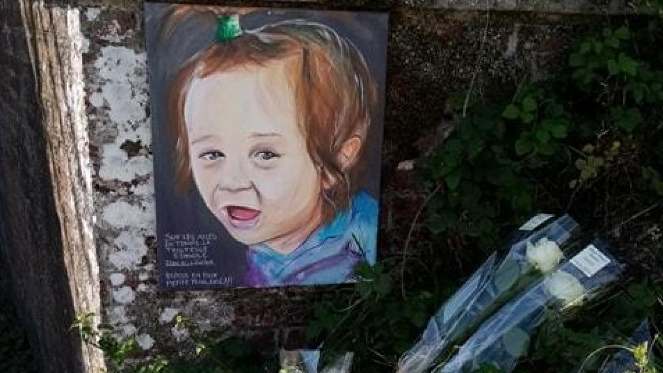 L'artiste Kmu est venu déposer cette toile sur les lieux de l'accident, en hommage à la petite Hanëya.