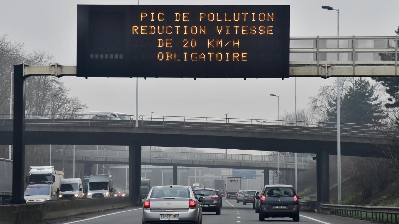 Il est obligatoire de diminuer la vitesse de son véhicule de 20 km/h sur les axes routiers et autoroutiers concernés depuis le dimanche 25 août à 19 heures et ce jusqu'à 22 heures ce lundi 26 août.