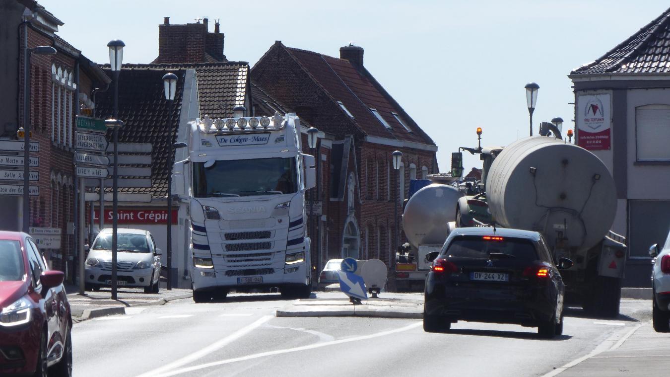 Les habitants et le maire de Morbecque se plaignent de l'augmentation du passage des camions dans le centre village depuis l'arrêté restreignant la circulation des camions sur la RD 642.