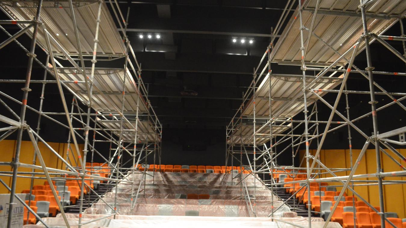 L'entreprise TACC est en train d'installer une cinquantaine d'enceintes sur toutes les surfaces de la salle 1 jusqu'au plafond.