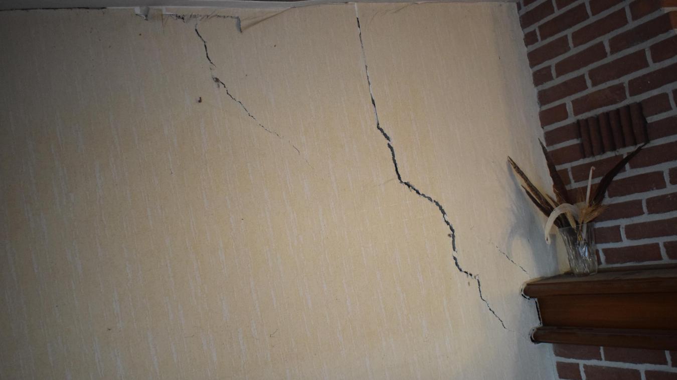 Le mur dans le salon de Michel et Gisèle est très fissuré. Normalement, les travaux de réparation devraient avoir lieu d'ici octobre.