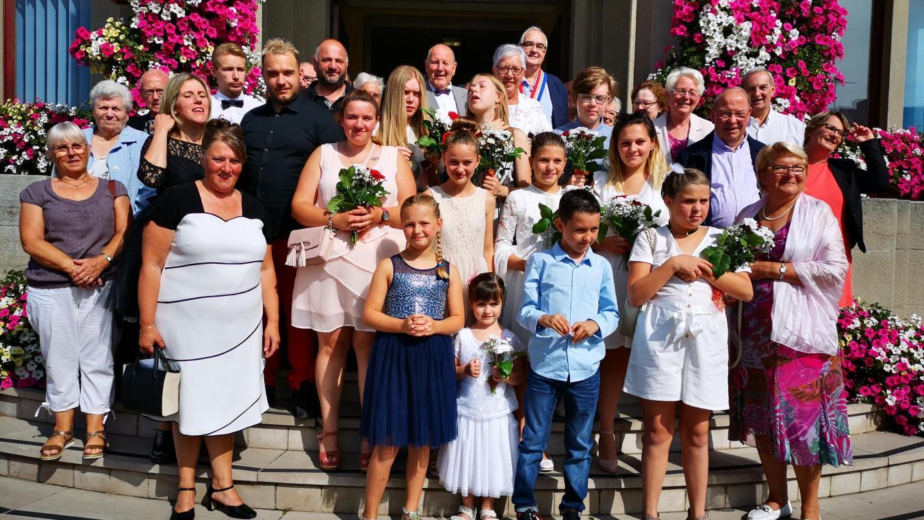 Photo de famille sur le parvis de l'hôtel de ville.