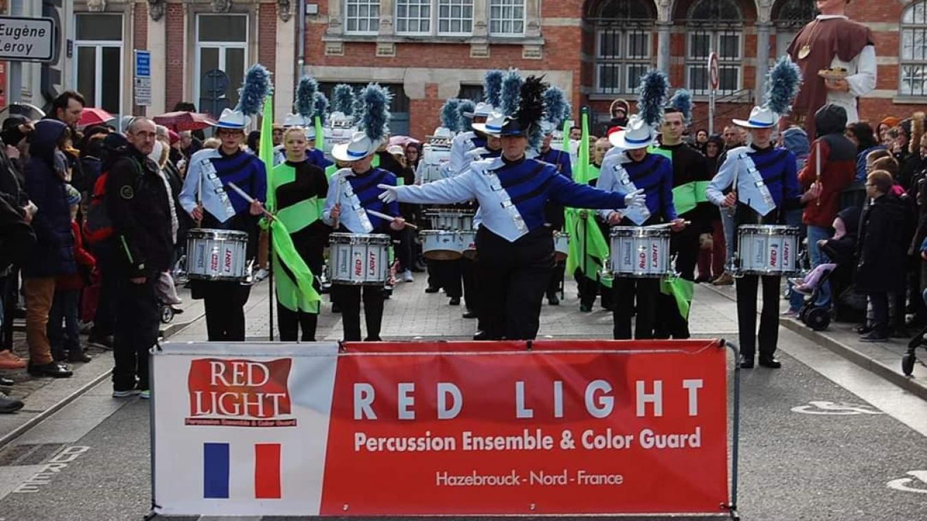 Le groupe Red Light Percussion Ensemble & Color Guard en représentation.