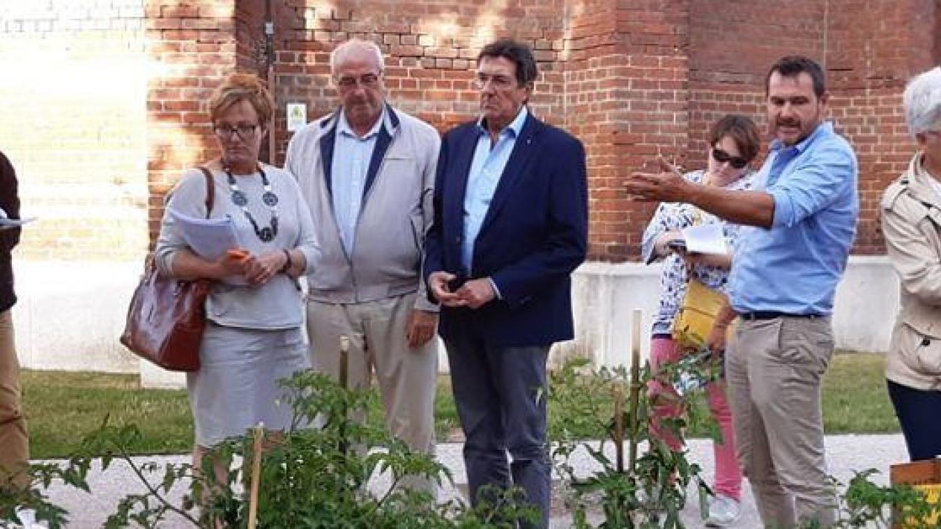 Aux côtés de Roger Lemaire, Bénédicte Crépel et le jury ont apprécié l'idée des jardins partagés.