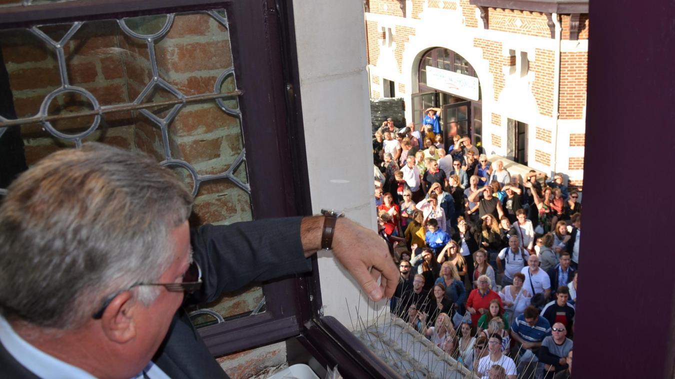 Alain Mequignon, maire de Fauquembergues, un des invités de Jean-Claude Dissaux, à se prêter au jeu du jet de l'andouille.