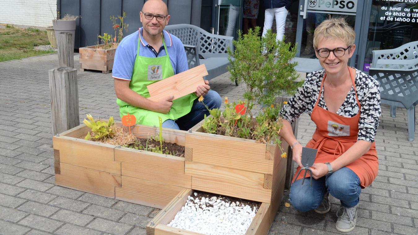 Jérôme et Valérie Faucquez ont installé plusieurs carrés potagers devant la Pépinière d'entreprises du Pays de Saint-Omer.