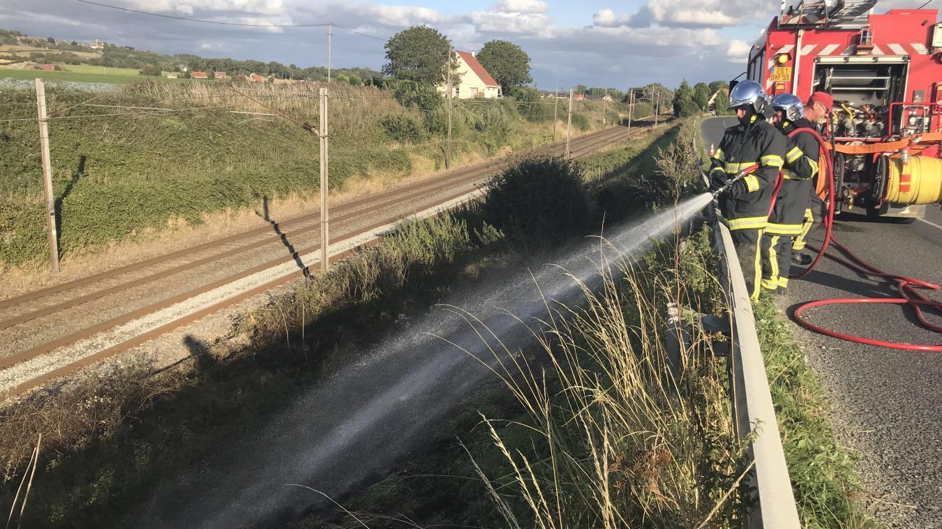 Les pompiers de Cassel sont d'abord intervenus sur l'axe entre Bavinchove et Zuytpeene pour deux départs de feu au bord de la voie ferrée.