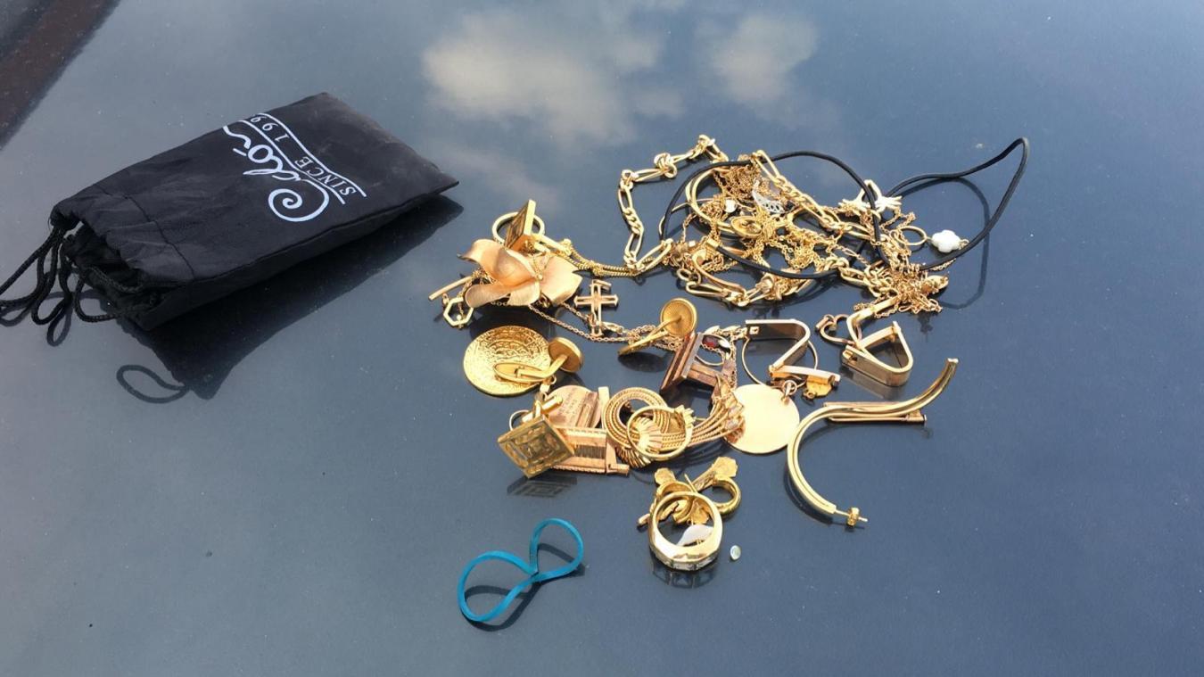 Les bijoux sont toujours à disposition au commissariat d'Hazebrouck. Il suffit pour cela de contacter la police au 03 28 50 15 15.