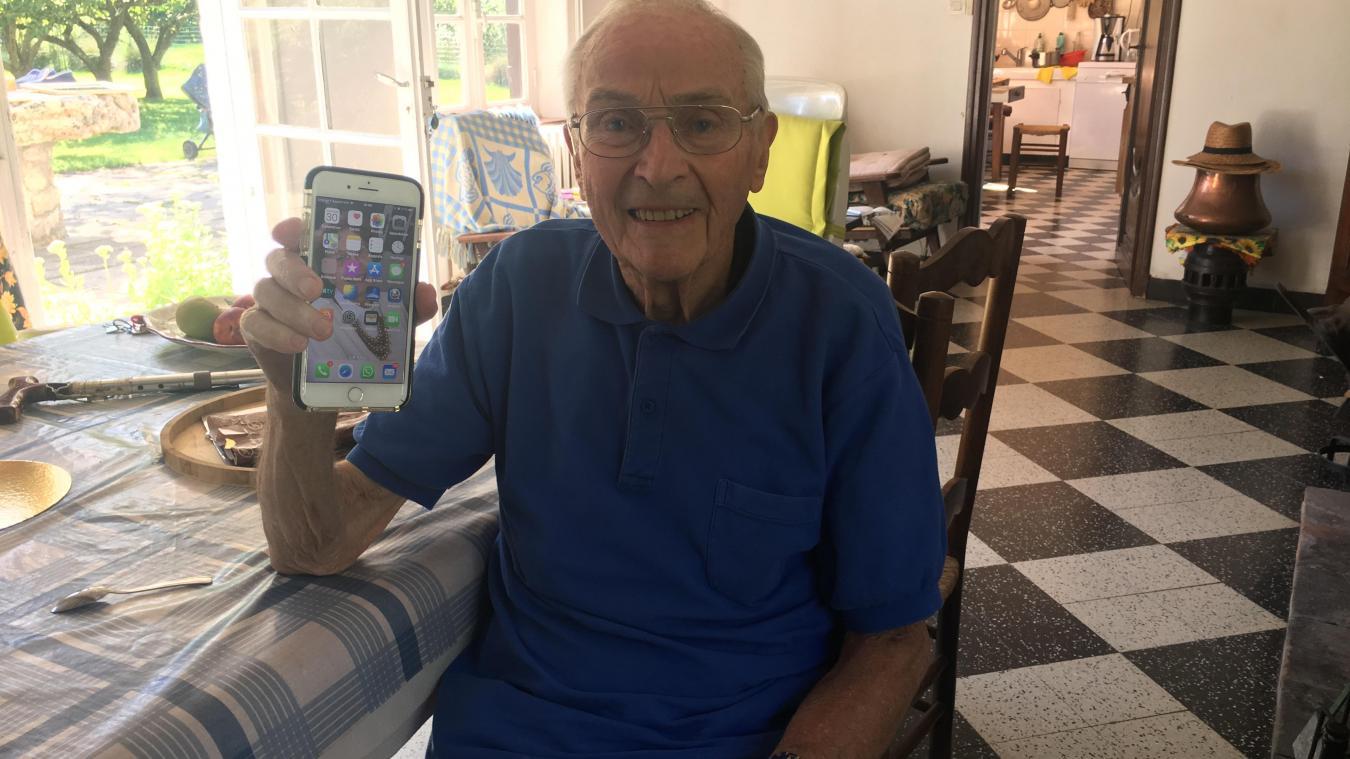 Guy Vanderbecq, 88 ans, a beau posséder un smartphone dernier cri, il ne peut pas l'utiliser une fois à son domicile...