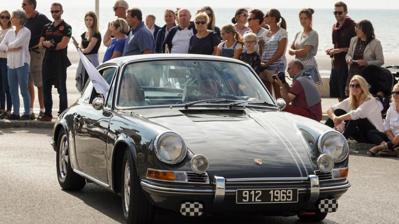 Le défilé des Porsche dans le centre de la station balnéaire est toujours très suivi et apprécié.