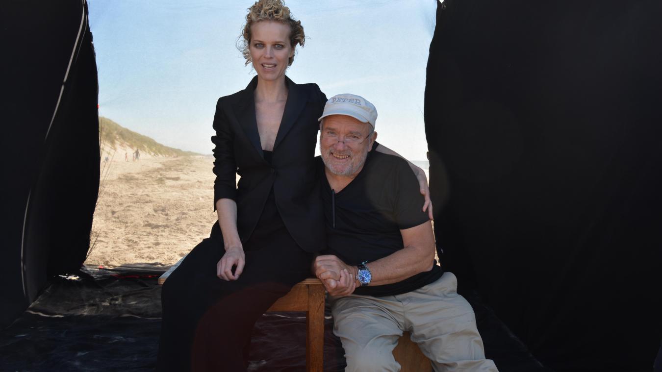 Le photographe Peter Lindbergh ici en compagnie du mannequin Eva Herzigova lors d'un shooting en juillet 2017 sur la plage du Touquet.